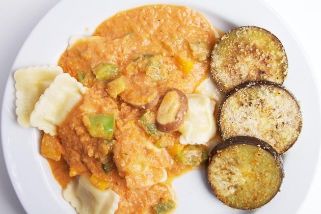 Ravioli met tomaten-paprika-roomsaus en gebakken aubergines