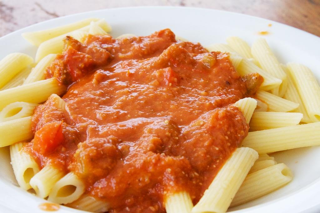 tomaat-olijvensaus voor op de pasta