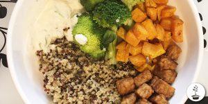 Zoete aardappel in de oven met broccoli, quinoa, tempeh ketjap en vegan yoghurtsaus