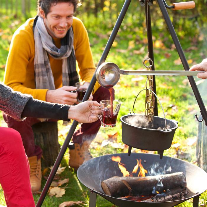 Buiten koken met een vuurschaal en driepoot