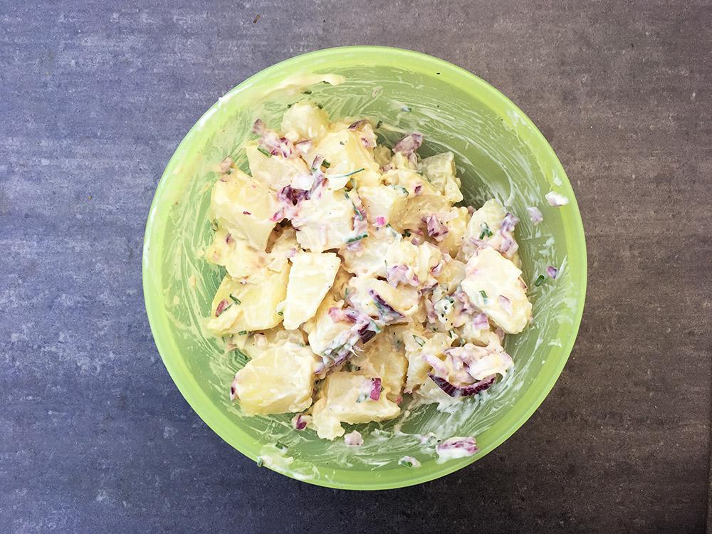 Vegan aardappelsalade me rode ui, bieslook, kala namak en veganaise