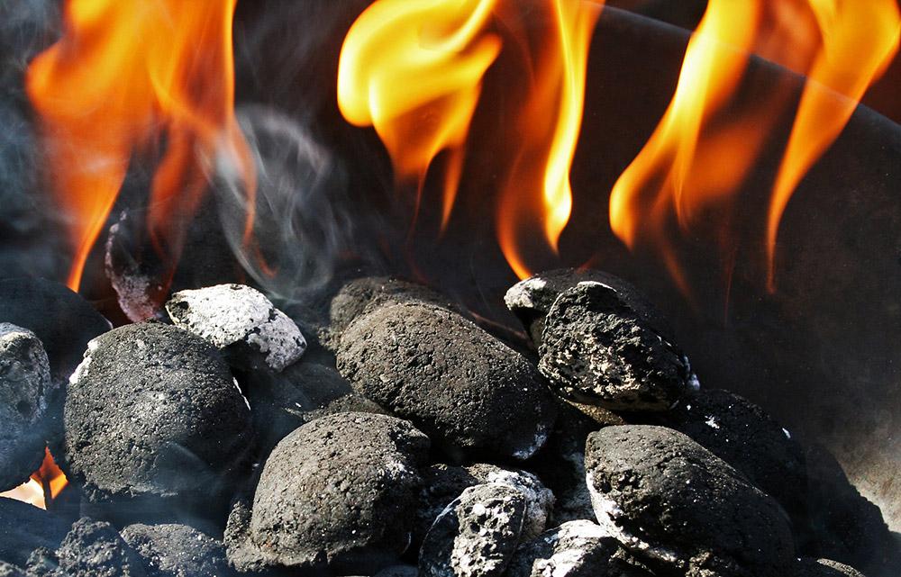 Houtskool voor op de keramische bbq